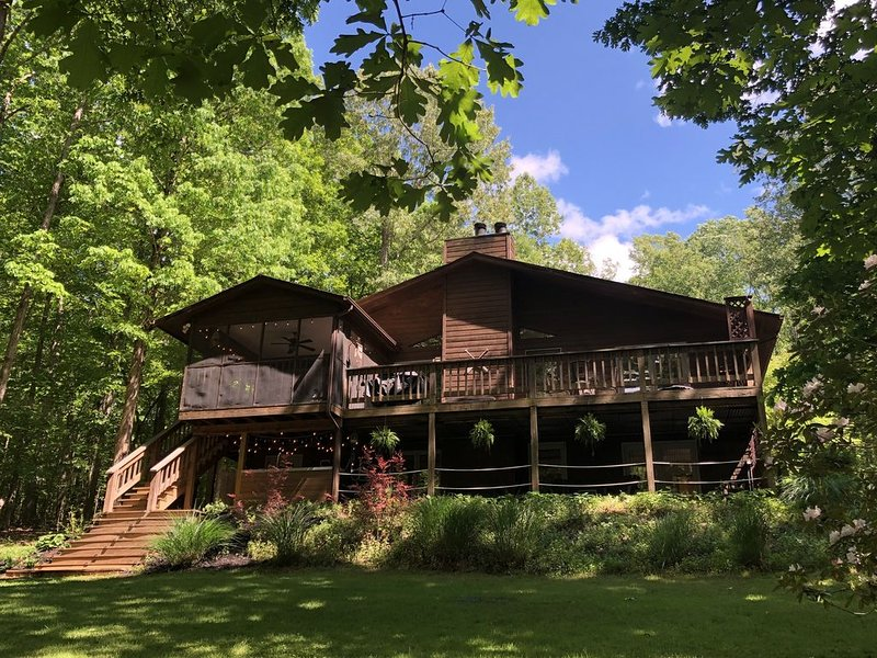 Lake Getaway on Peaceful Wooded Cove with Private Dock, location de vacances à Cave Spring