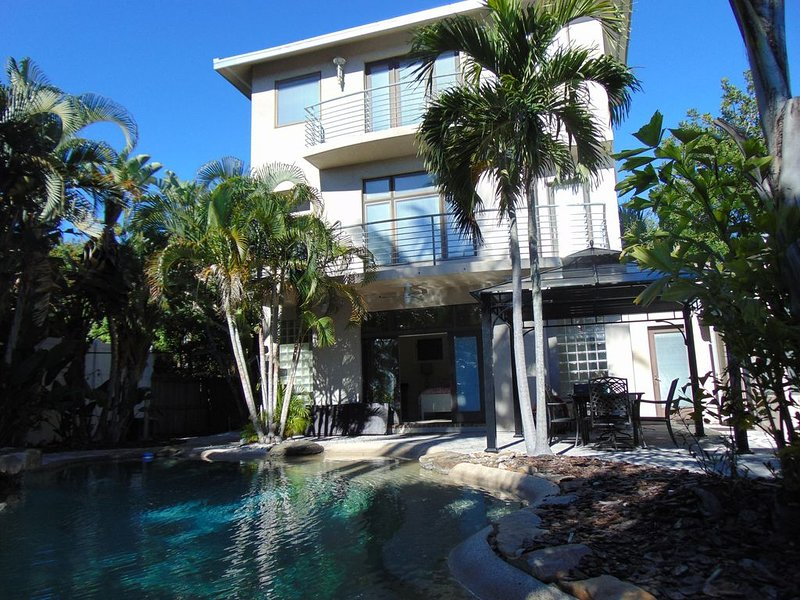 Paradise pool home nestled in private neighborhood-BOOK NOW FOR WINTER!!!!!!, alquiler vacacional en Saint Pete Beach