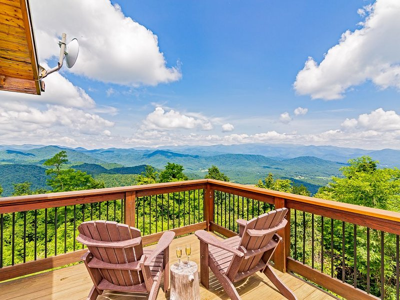 Breathtaking Views of 7 Mountain Ranges  - Close to Asheville, vacation rental in Old Fort