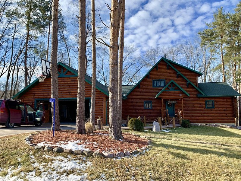 New Listing!Beautiful Log Cabin near Devil`s Lake., holiday rental in Merrimac