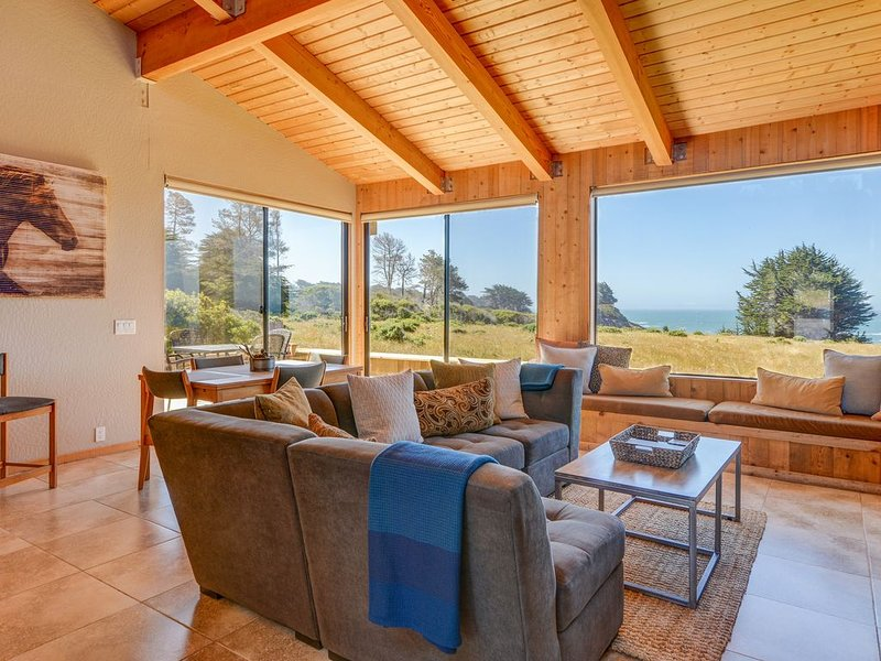 Windsong...Oceanfront Views from ALL rooms, Single Story, & Private Hot Tub, vacation rental in The Sea Ranch