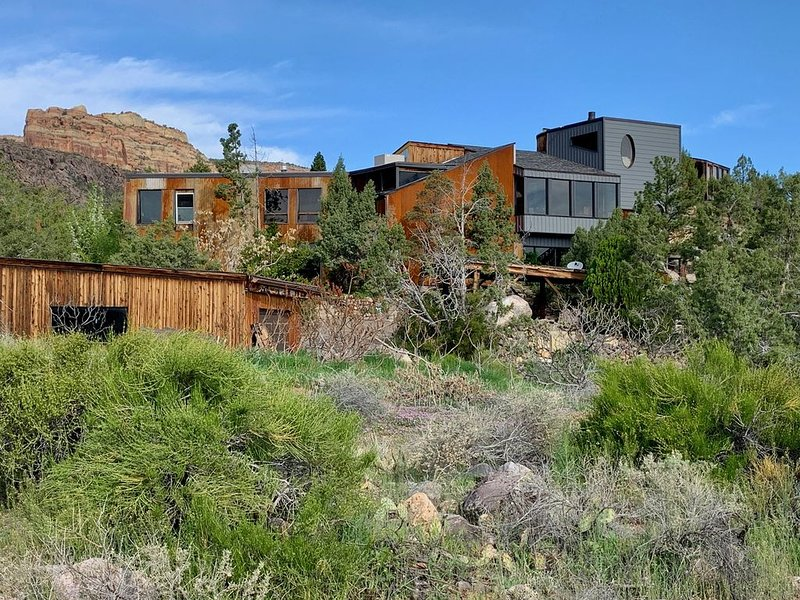 Incredibly unique home with unparalleled views of the CO Ntl. Mon. and valley!, casa vacanza a Grand Junction