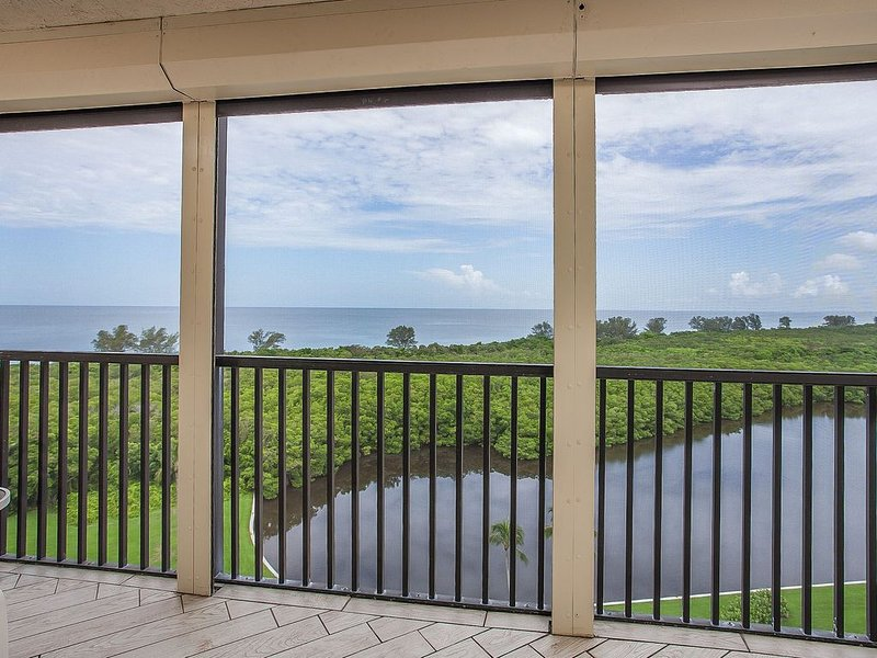 $110/night, 2 Beds 2 baths End Unit Penthouse Condo with stunning view Free Wifi, holiday rental in Naples Park