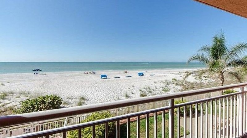 Chateaux Beachfront Condo...Only Steps To The Water!!!, vacation rental in Indian Shores