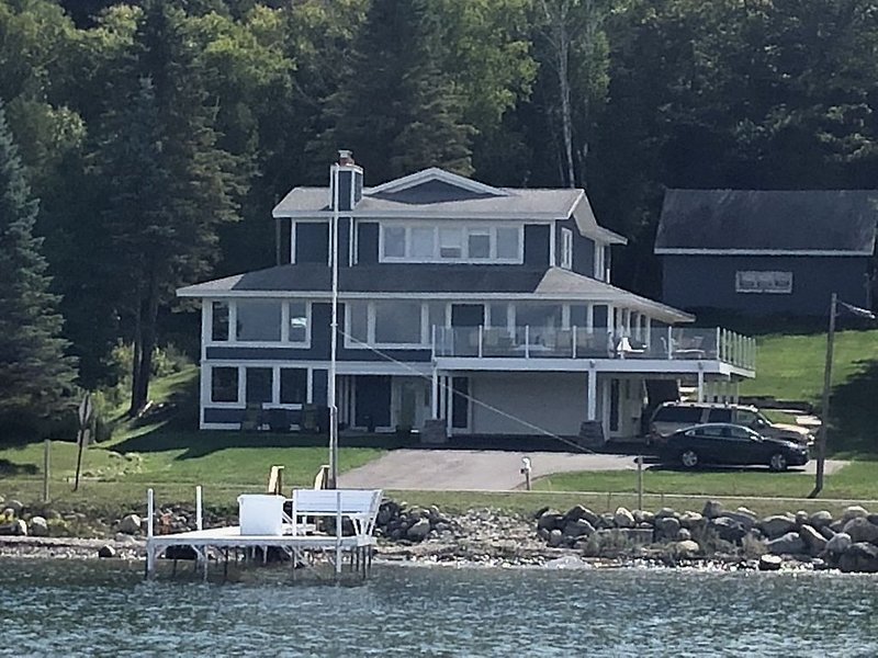 Beautiful Lake Charlevoix ~ Close To Downtown Boyne City And Boyne Mountain, vacation rental in Charlevoix County