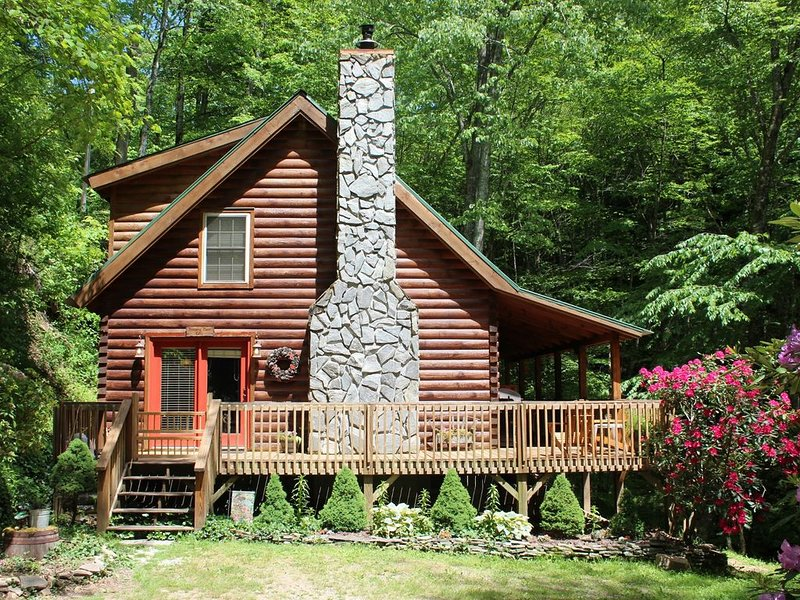 Cozy Mountain Log Home Overlooking Rushing Stream, location de vacances à Maggie Valley