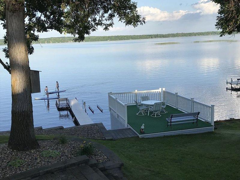 Belle vue sur le pont du hangar à bateaux et le lac.