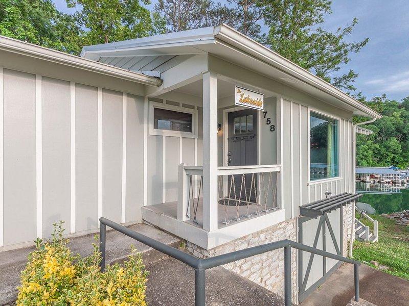 Social distance in a Lakefront with huge porch, boat slip included!, location de vacances à Jacksboro