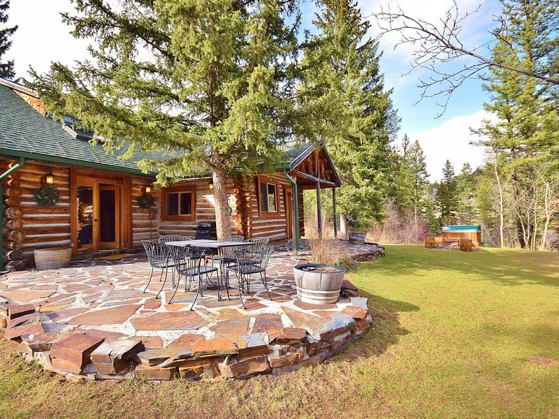 Top Rated Charming MT Cabin w Hot Tub, 10min Dwtn, MSU, 1hr Big Sky/Yellowstone, aluguéis de temporada em Bozeman