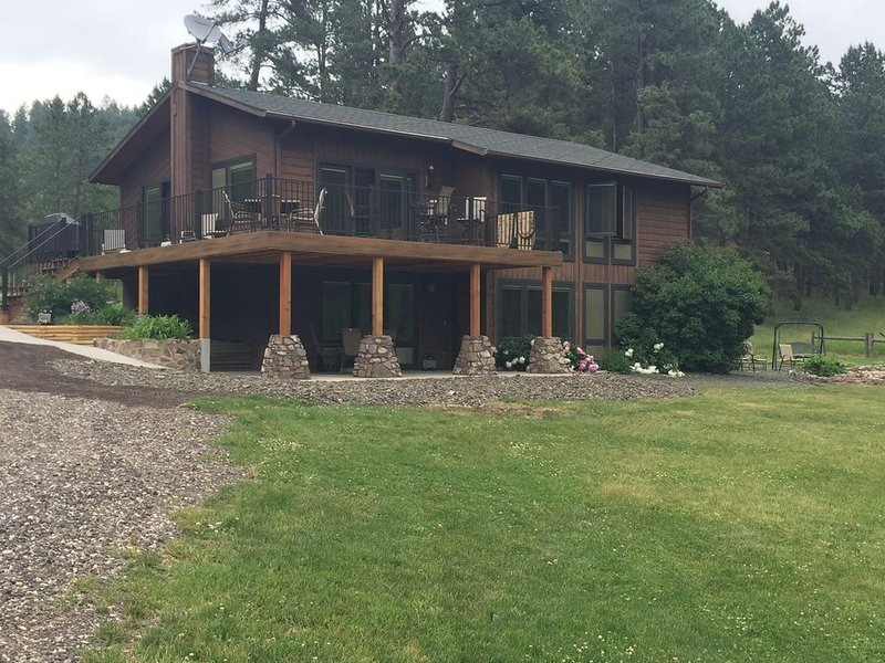 RARE CABIN BORDERING CUSTER STATE PARK ~ ABSOLUTE SECLUSION AND SERENITY!!, holiday rental in Custer