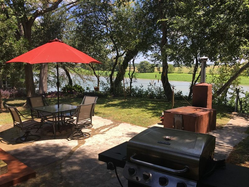 On the River/Lake - Tranquil at any time of year -Quiet but close to the action, holiday rental in New Braunfels