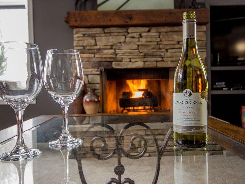 Koppla av och njut av ett glas vin framför spisen