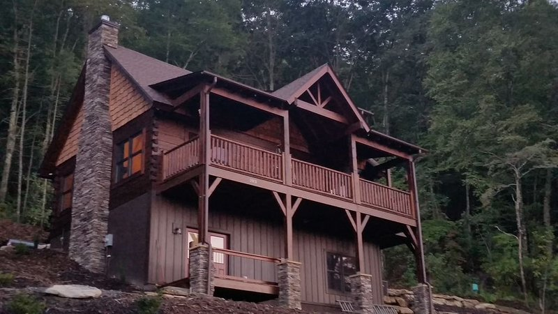 Newly built, private, Log Cabin/ Mtn View, hot tub & fire pit. Family Friendly, Ferienwohnung in Hendersonville