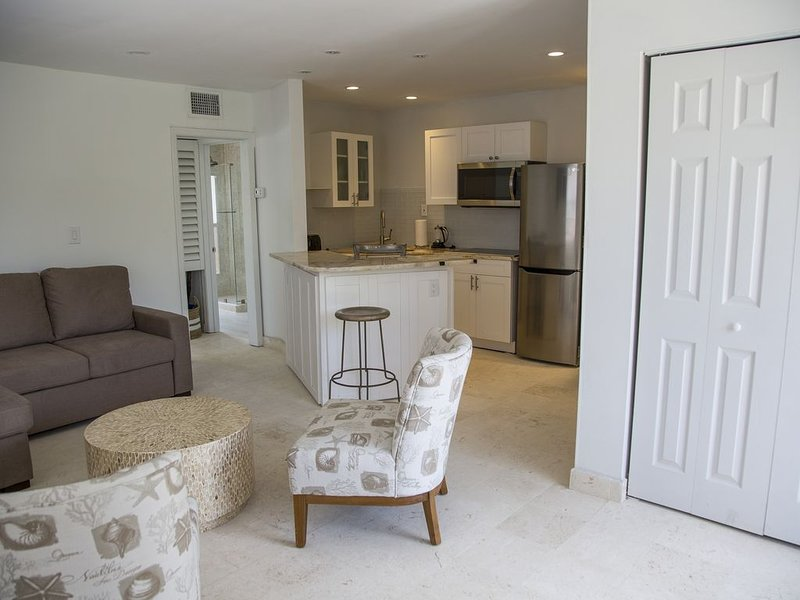 Playalido Unit #7 127 Cleveland Dr, holiday rental in Lido Key
