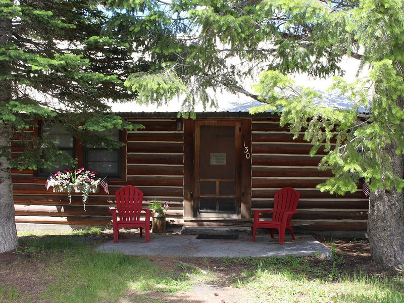 Charming Log Cabin in Trees - West Yellowstone, 7 night discount, holiday rental in West Yellowstone