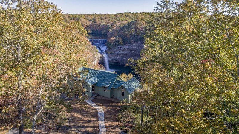 Overlooking the canyon at Desoto Falls on Lookout Mountain in Mentone, Alabama, holiday rental in Mentone