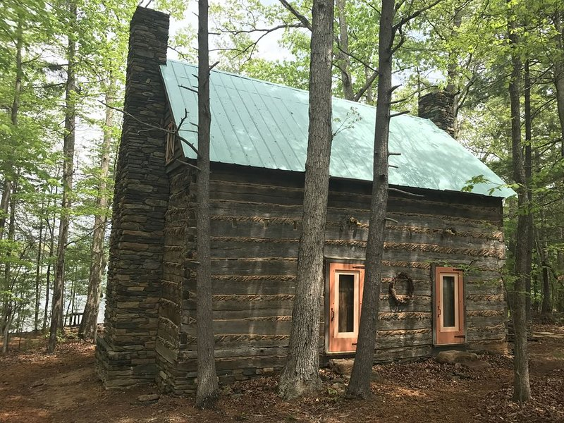 A Great Year/Unique Historical log cabin with  private beach, 300 Ft Front, holiday rental in Huddleston