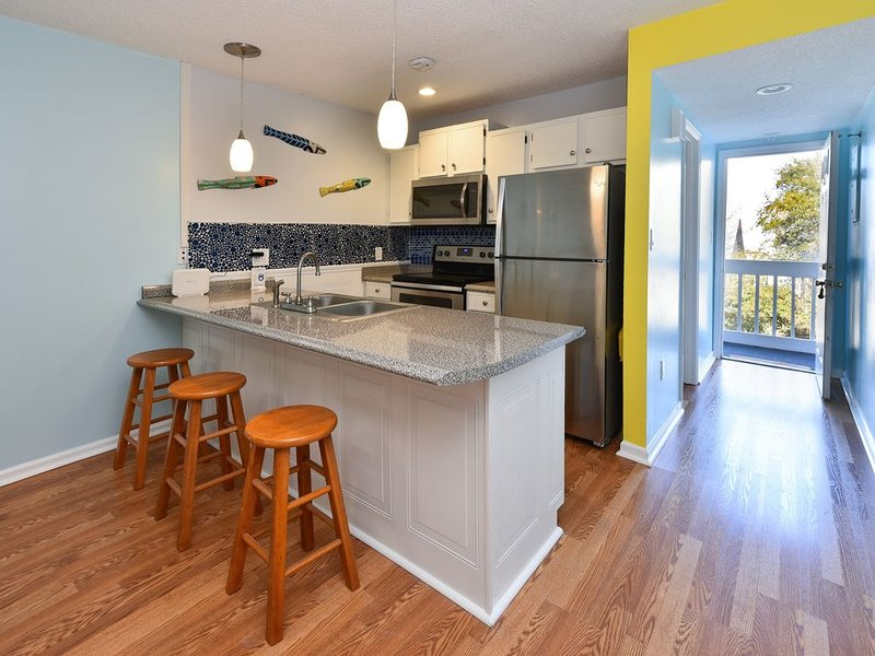 Totally Remodeled Bright and Beautiful  2bed 2 bath condo just steps to the Beac, location de vacances à Murrells Inlet