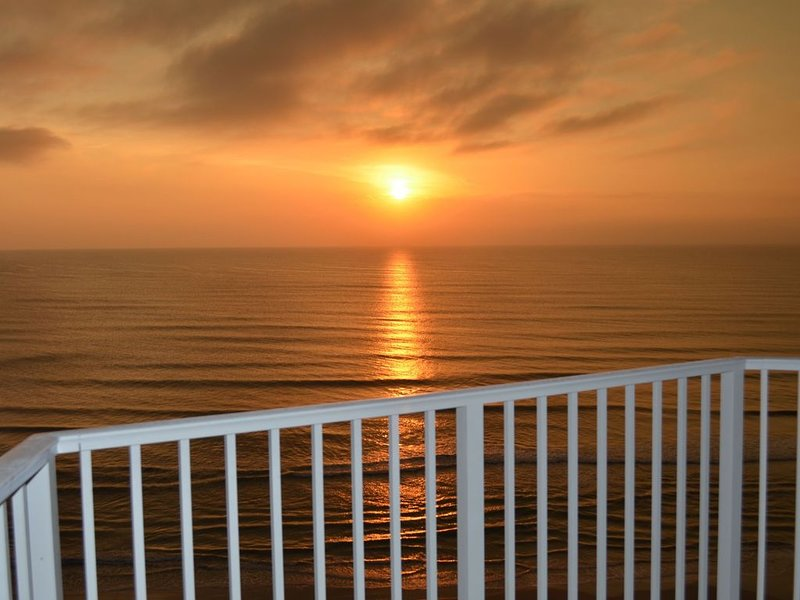 Direct Oceanfront, Newly Renovated 2-Bedroom, 2-Bath Condo - No Drive Beach, holiday rental in Daytona Beach Shores