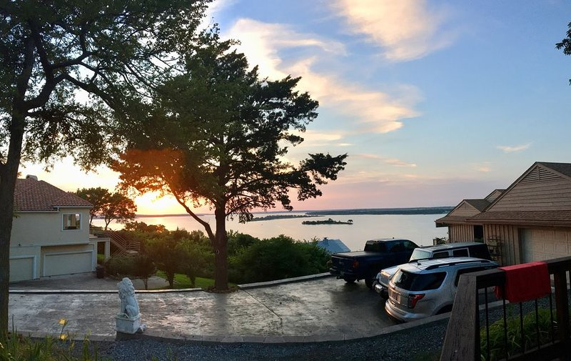 Inviting Home with Breathtaking Views (Texas side of Lake), holiday rental in Pottsboro