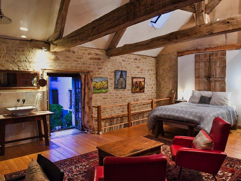 Romantic Home in Medieval Village Where 'Chocolat' was Filmed, location de vacances à Marigny-le-Cahouet