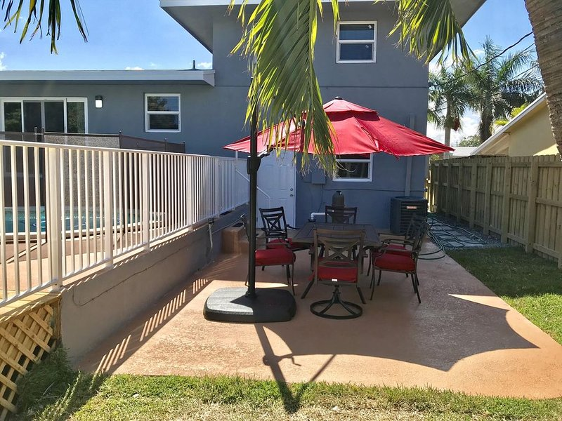 Palm Estate - Spacious 3 bed, 3 bath, 2 story single family home with pool, holiday rental in Hallandale Beach