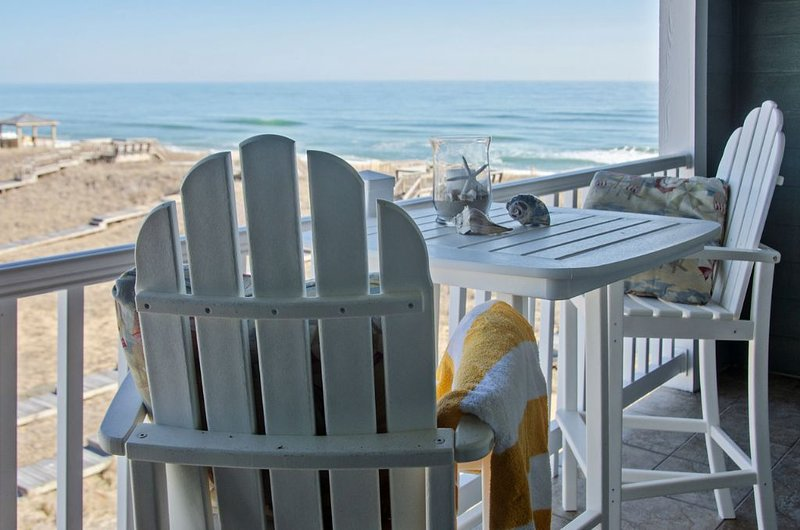 Spacious oceanside condo, coastline views, private balcony, pool (FFR303 - Sand, holiday rental in Kill Devil Hills
