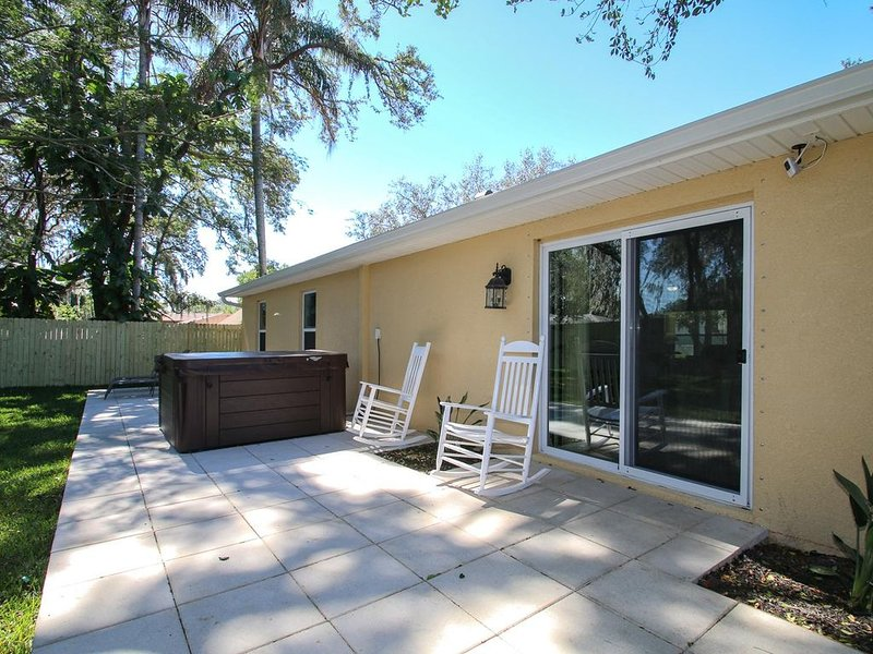 Sun Villa - Quiet, cozy brand new 3 bed, 2 bath house with spa and fenced yard, holiday rental in Temple Terrace