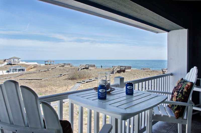 Modern condo with oceanviews * First Flight Retreat Condos - prime location. Poo, holiday rental in Kill Devil Hills