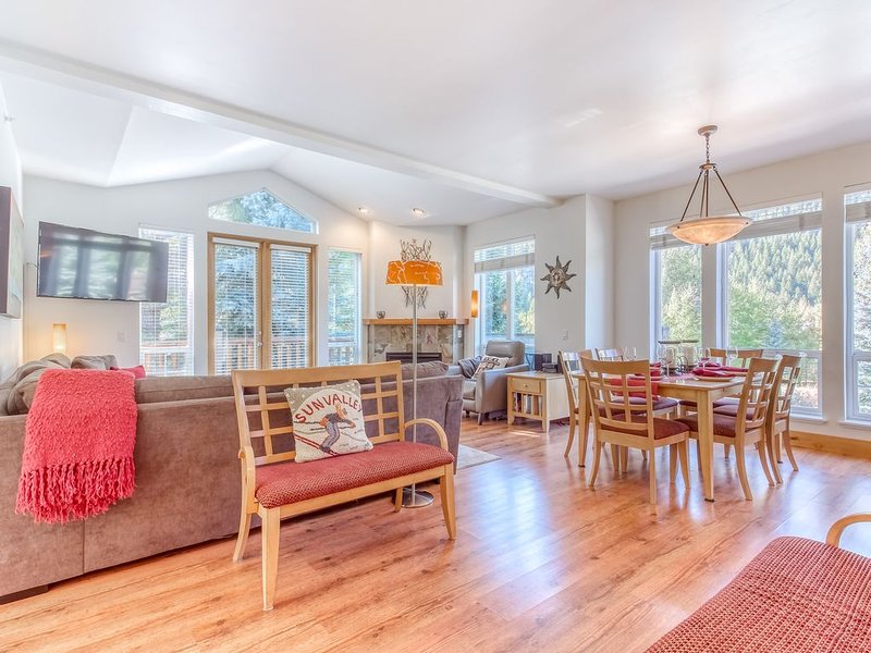Bright, corner condo w/ a deck, views, & shared hot tub - walk to the lifts, holiday rental in Ketchum