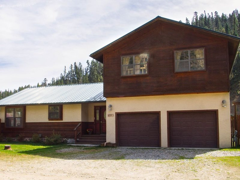 'Wildwood' Huge Family Cabin in Town! WIFI-Pet Friendly-1/2 mile to Ski Area!, holiday rental in Red River