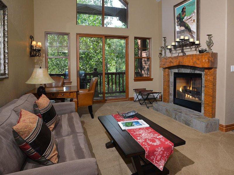 Chic Avon Condo w/ Loft near Beaver Creek, 6 Minutes from Slopes, Shops, Dining, location de vacances à Edwards