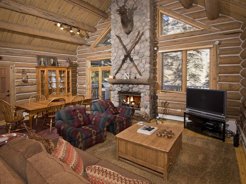Luxury Log Cabin w/ Private Hot Tub, Creek Views, Easy Free Shuttle Access, holiday rental in Minturn