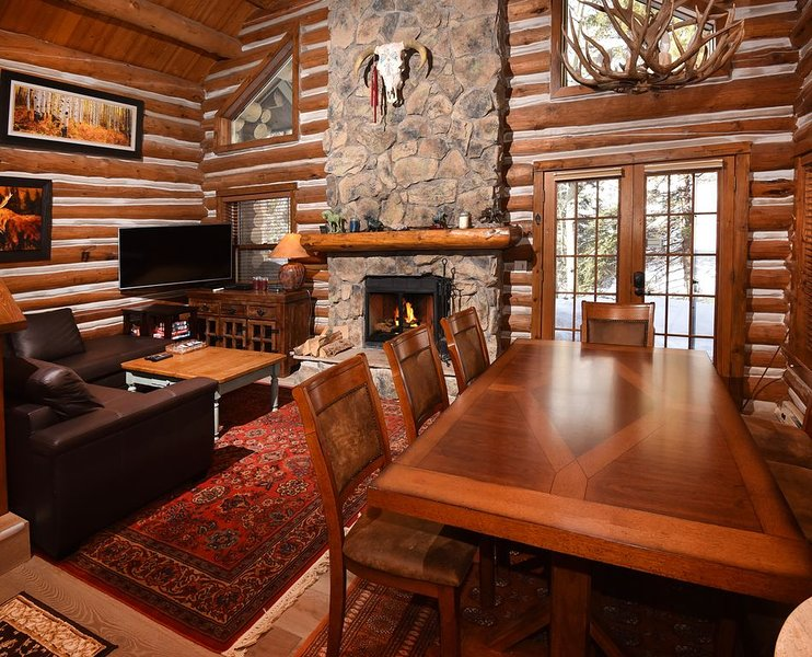 Vail Log Cabin w/ Beautiful Creek Views, Free Town Shuttle and Slope Access, holiday rental in Minturn