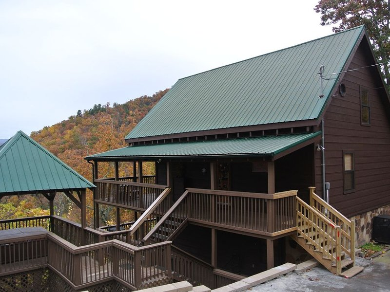 Private Mtn Cabin, Great Mountain Views, 3Br-3Ba, 2 Fireplaces, Hot Tub, Arcade, holiday rental in Wears Valley