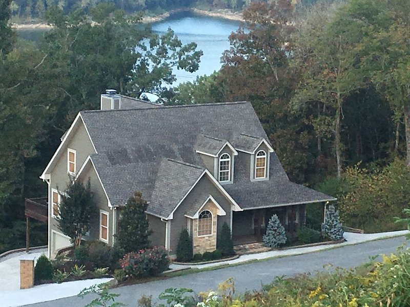 Nothing Else Like It!  Waterfront W/ Backyard Hiking Trail to Lake, holiday rental in Silver Point