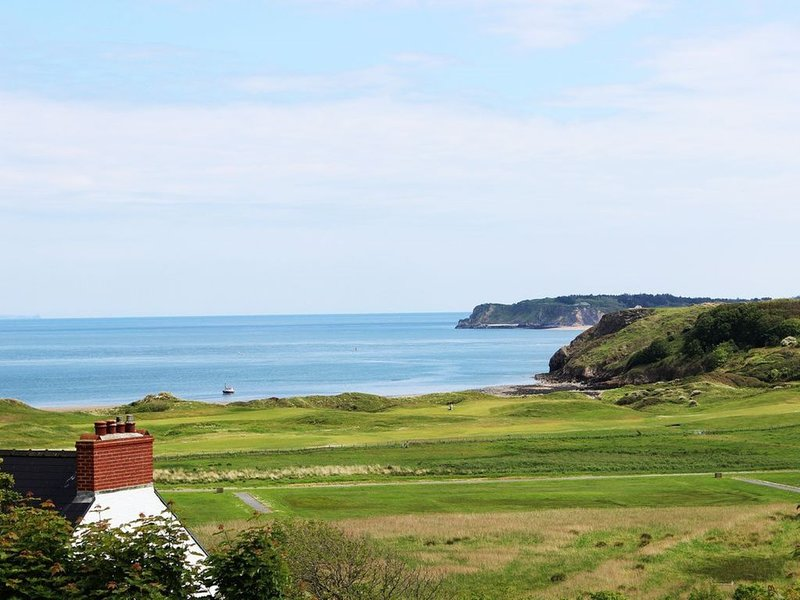 Large Family Holiday House with Sea Views & Off Street Parking., Ferienwohnung in Tenby