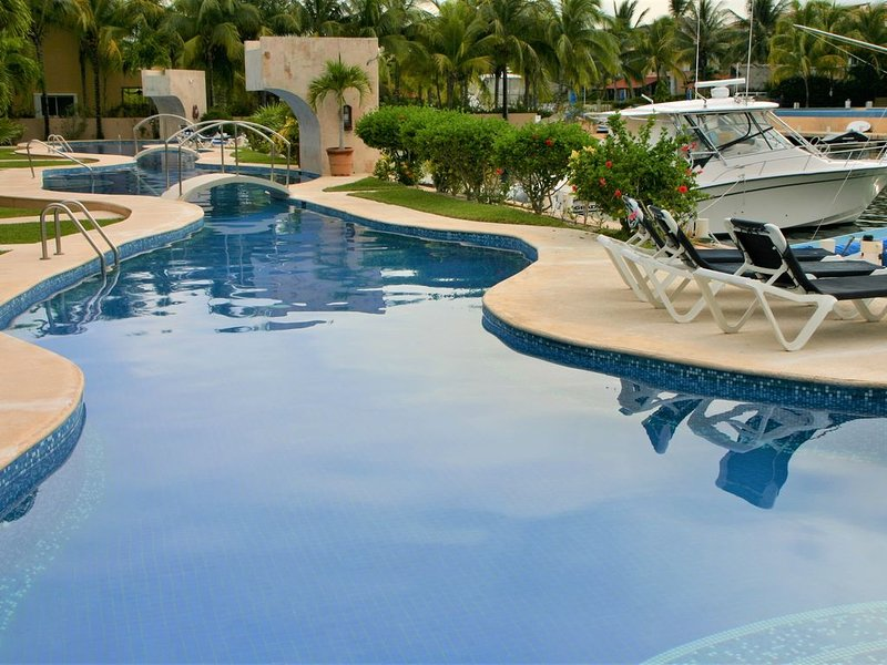 Gorgeous Ground Level 3 Bed, 3.5 Bath Condo on canal w/ sparkling pool & WiFi, alquiler de vacaciones en Puerto Aventuras