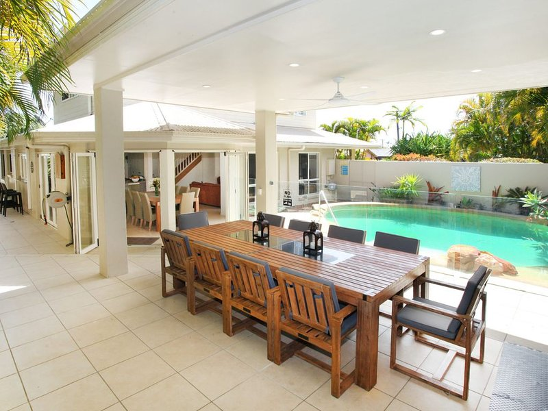 5 BEDROOM HOLIDAY HOME IN CENTRAL COOLUM, vacation rental in Coolum Beach