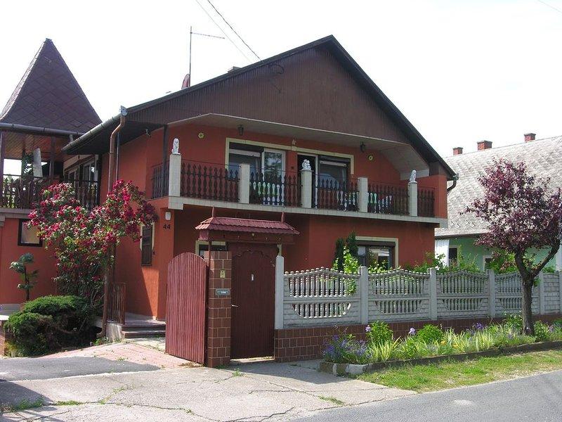 Ferienwohnung mit großem Garten, Sommerküche, Grill und Internet, casa vacanza a Balatonboglar