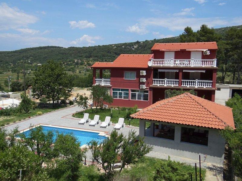 Ferienwohnung mit Pool und Terrasse, vacation rental in Mundanije
