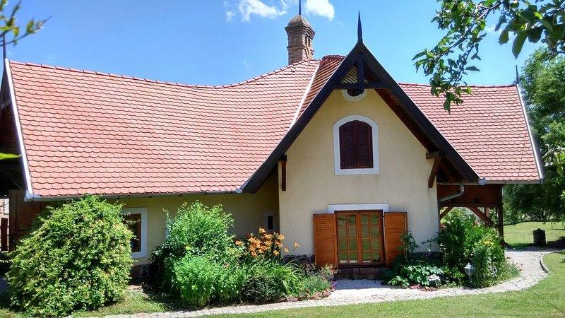Ferienhaus mit riesengroßem Grundstück und Ausblick auf den See, vacation rental in Balatonakali