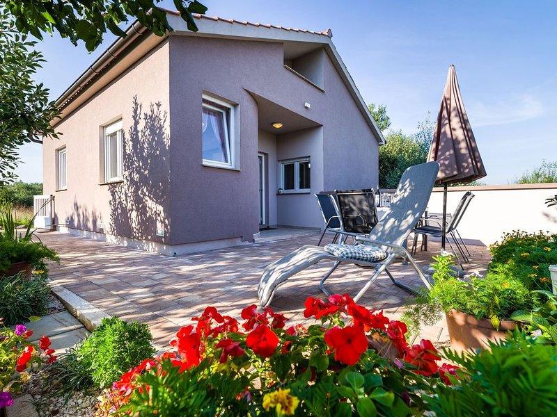 Ferienhaus mit Terrasse und Internet, holiday rental in Dobropoljana