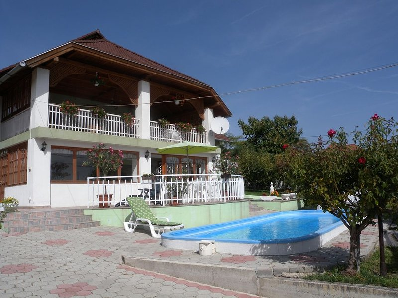 Ferienwohnung mit Pool und Balatonpanorama, casa vacanza a Veszprem
