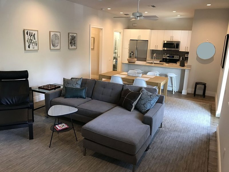 Lives like a modern hotel suite in the heart of historic Gillespie Park, holiday rental in Sarasota