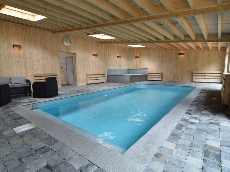 Gorgeous Mansion with Swimming Pool and Sauna in Büllingen, holiday rental in Wirtzfeld