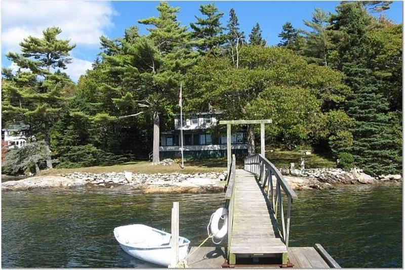 Classic Maine Waterfront Cottage w/ Deepwater Dock, aluguéis de temporada em Boothbay Harbor