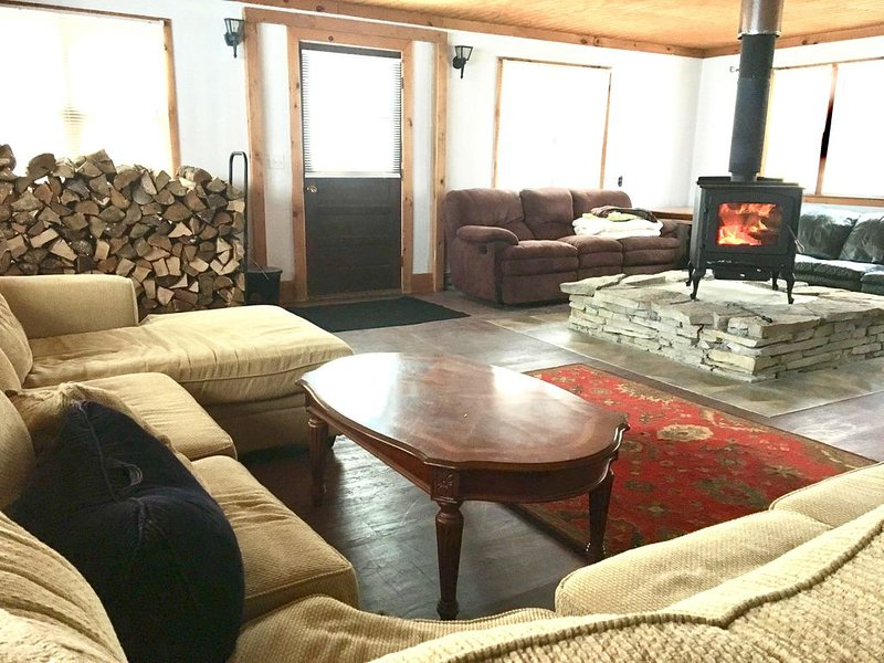 Extra night Free! Sleeps 18+ With Hot Tub. 9 Miles To Both Killington and Okemo, holiday rental in Plymouth