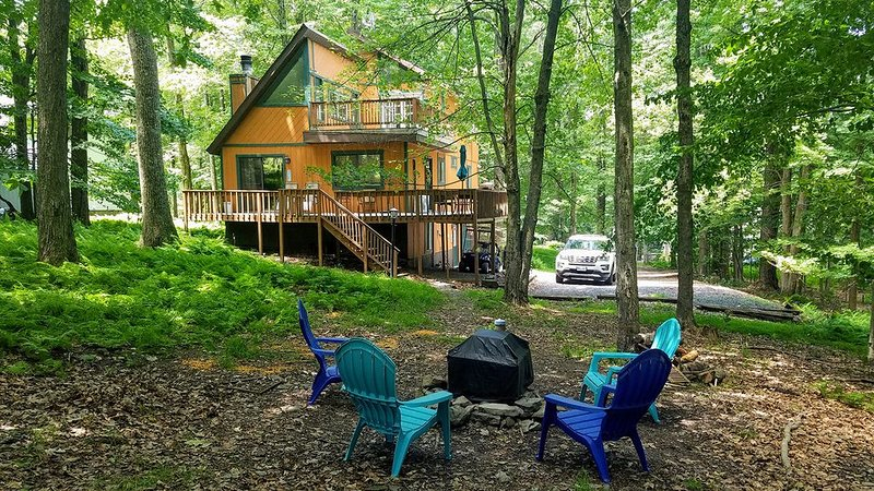 Beautiful secluded Locust Lake mountain retreat on ski slope and close to lake, vacation rental in Pocono Lake