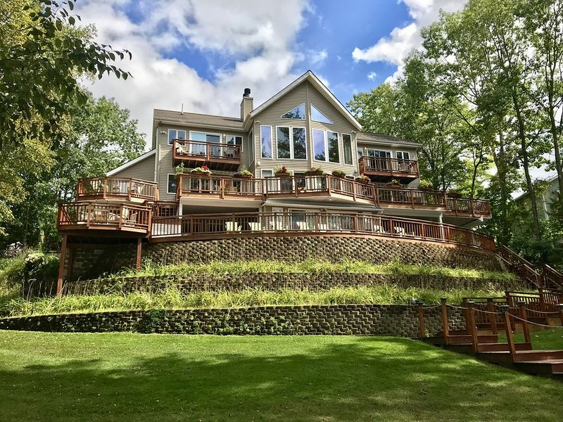 Terrace on the Lake, Spectacular Large Home with Private Beach, alquiler vacacional en Warrensburg